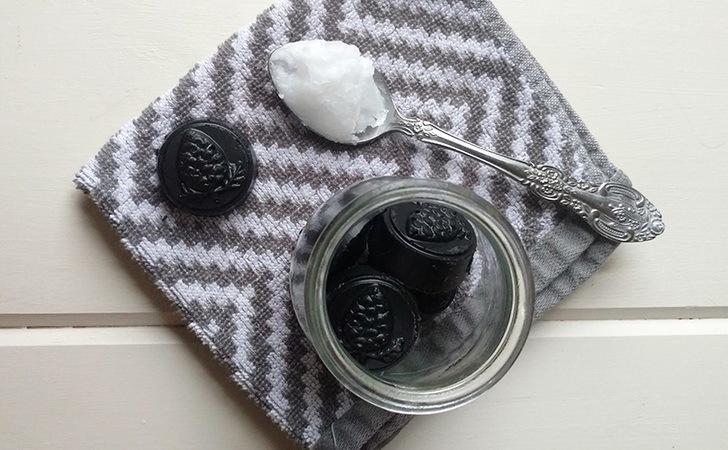 izbeljivanje zuba kokosovim uljem i aktivnim ugljem